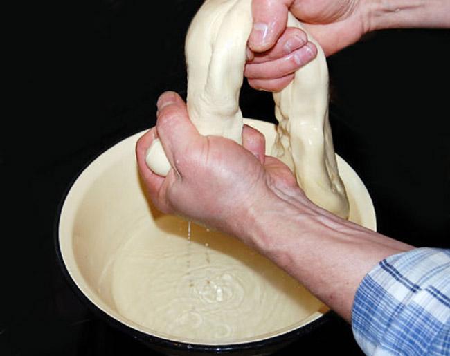 втирание в тесто раствора соли и пищевой соды для среднеазиатского лагмана