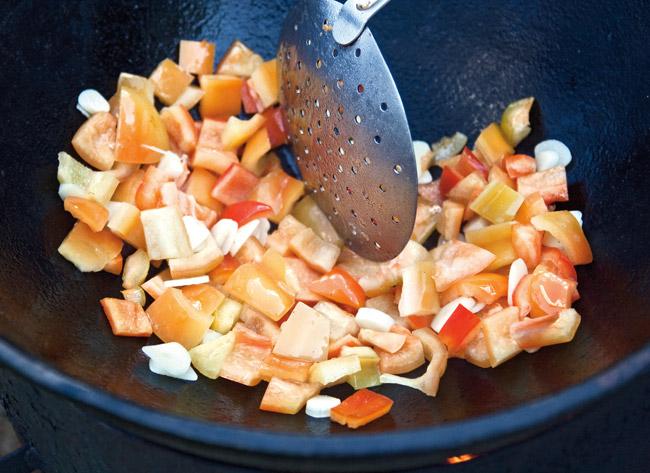 обжарка перцев и чеснока для мампара - дунганского супа с клецками