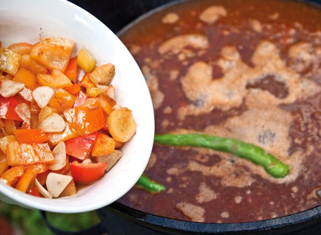 добавление перца и чеснока в соус для мампара - дунганского супа с клецками