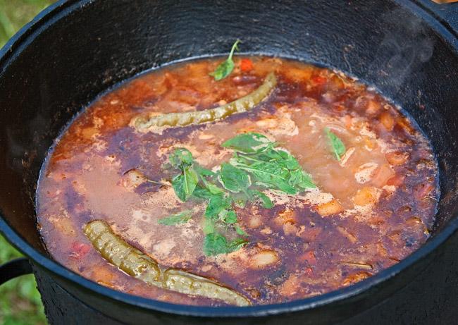 добавление зелени в соус для мампара - дунганского супа с клецками