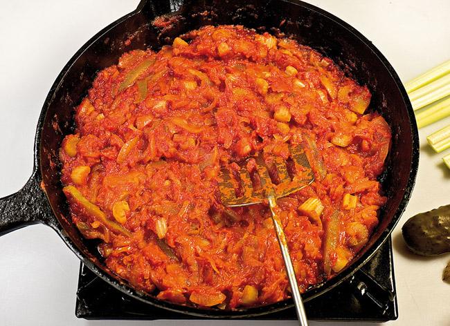окончание приготовления заправки для горохового (нутового) супа-пюре с помидорами