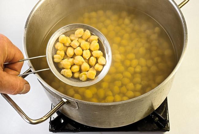 отваренный нут для горохового (нутового) супа-пюре с помидорами