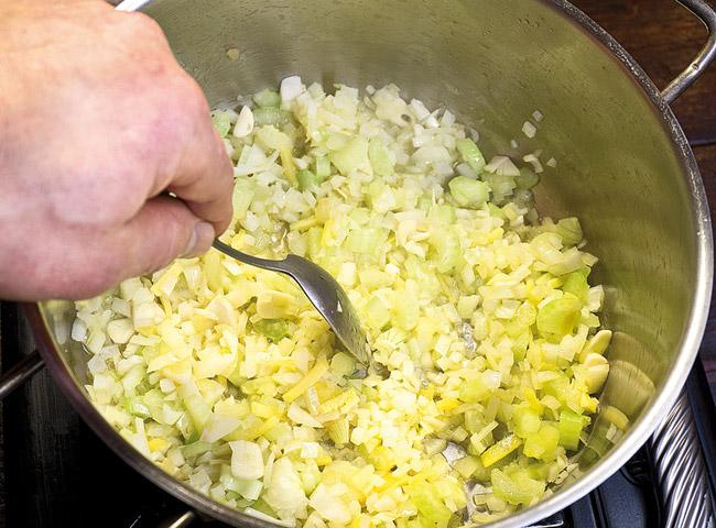пассерование части овощей для хариры на хаше