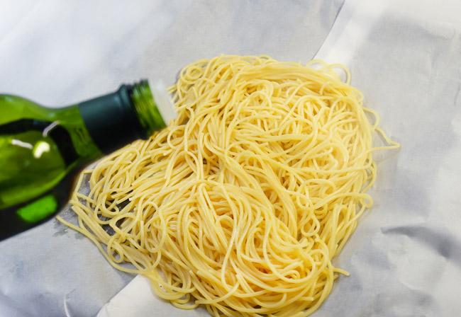 добавление оливкового масла на спагетти