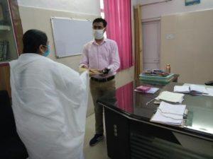 जिला डूंगरपुर के अतिरिक्त जिला कलक्टर महोदय भेट करते हुए बी के विजयलक्ष्मी दीदी