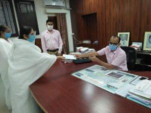 जिला डूंगरपुर के कलक्टर महोदय को मुख्यमंत्री राहत कोष के लिए चेक देते हुए बी के विजयलक्ष्मी दीदी