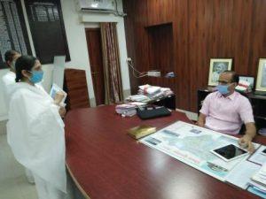 जिला डूंगरपुर के जिला कलक्टर महोदय भेट करते हुए बी के विजयलक्ष्मी दीदी