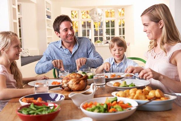 familia comiendo