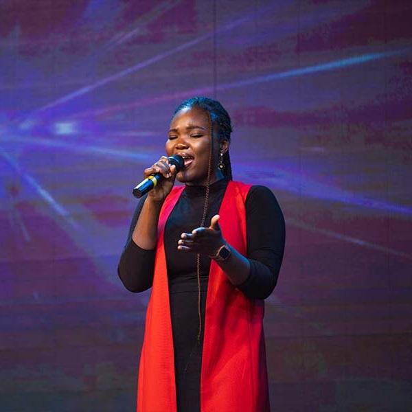 Dunsin Oyekan's backup singer in intimate worship