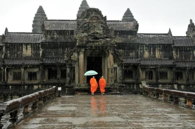 kambocya angkor wat yagmurda budist rahipler