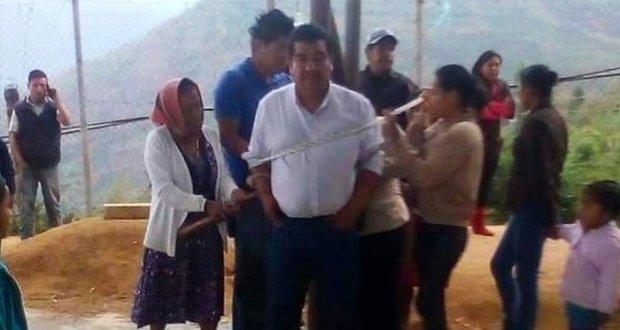 میکسیکو میں وعدے پورے نہ کرنے پرمقامی افراد نے میئر کو رسی سے باندھ دیا