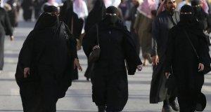 سعودی عرب نے عبایا کی شرط ختم کردی، سیاحتی ویزے جاری کرنے کا بھی اعلان