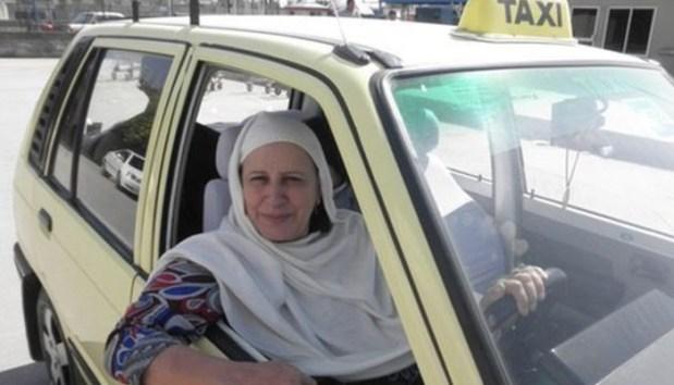 ہمت،لگن اور یقین کو دوسرے نام زاہدہ کاظمی سے پکارا جائے تو شاید غلط نہ ہو۔  زاہدہ کاظمی نے شوہر کے انتقال کے بعد6 بچوں کی پرورش کرنے کے لئے 33سال کی عمر میں 1992ء میں گاڑی چلانا شروع کی۔ وہ راولپنڈی میں ٹیکسی کے علاوہ اسکول کےبچوں کو بھی پک اینڈ ڈراپ کرتی ہیں۔  خیبرپختونخوا سے تعلق رکھنے والی 60سالہ خاتون ٹیکسی ڈرائیور کی چاروں بیٹیاں گریجویشن مکمل کرچکی ہیں۔  باہمت ٹیکسی ڈرائیور خاتون کی تعلیم یافتہ بیٹیاں زاہدہ کاظمی کی بیٹیوں نے تعلیم کے مختلف شعبوں میں گریجویشن کی۔ سماجی رابطے کی ویب سائٹ پر باہمت خاتون کی اس حوالے سے تعریف کی جارہی ہے۔  زاہدہ کاظمی کا کہنا ہے کہ خواہش ہے اللّٰه تعالیٰ مجھے اتنی زندگی دے کہ میں اپنی بیٹی کو ڈاکٹر بناؤں۔  انہوں نے کہا کہ اگر میں گھر پر بیٹھ جاتی تو میں کچھ بھی نہ ہوتی، انسان اپنی قسمت خود بھی بناتا ہے۔