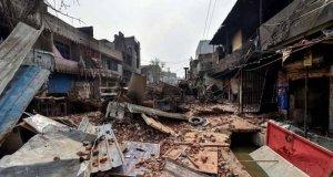 بھارتی دارالحکومت نئی دہلی میں شہریت کے متنازع قانون کے خلاف احتجاج کے دوران ہونے والے فسادات میں ہلاکتوں کی تعداد 34 ہوگئی۔ بھارتی میڈیا کے مطابق ہنگاموں سے متاثرہ علاقوں میں سیکیورٹی فورسز کا فلیگ مارچ جاری ہے اور متاثرہ علاقوں کو مسلسل مانیٹر کیا جارہا ہے۔ نئی دہلی کے وزیراعلیٰ اروِند کجریوال اور مشیر قومی سلامتی اجیت دوول نے فسادات سے متاثر ہونے والے شمال مشرقی علاقوں کا دورہ کیا۔ طلبہ کے امتحانات دوبارہ لینے کا فیصلہ بھارتی میڈیا کے مطابق جعفر آباد، موج پور، بابر پور، گوکل پوری، جوہر انکلیو اور شو وہار میں سیکیورٹی فورسز کی بھاری نفری تعینات کردی گئی ہے۔ بھارتی میڈیا کا کہناہےکہ بھارت کے سینٹرل بورڈ آف سیکنڈری ایجوکیشن نے کشیدہ حالات کے باعث امتحانات میں شرکت نہ کرنے والے طلبہ کے دوبارہ امتحانات لینے کا فیصلہ کیا ہے اور اس سلسلے میں بورڈ نے امتحانات میں شرکت نہ کرنے والے طالب علموں کی تفصیلات اکٹھا کرنا شروع کردی ہیں۔ بھارتی میڈیا کی جانب سے نئی دہلی فسادات میں اب تک 34 افراد کی ہلاکت کی تصدیق کی گئی ہے جب کہ 200 سے زائد افراد زخمی ہیں۔ سونیا گاندھی کی بھارتی صدر سے ملاقات دوسری جانب اپوزیشن کی جماعت کانگریس کی صدر سونیا گاندھی نے نئی دہلی کی صورتحال پر وفد کے ہمراہ بھارتی صدر رام ناتھ کووِند سےملاقات کی۔ سونیا گاندھی نے مودی حکومت اور نئی دہلی کی حکومت کو شدید تنقید کا نشانہ بنایا اور شہر کی صورتحال پر انہیں خاموش تماشائی قرار دیا جب کہ سونیا گاندھی نے ایک بار پھر وزیر داخلہ امیت شاہ کی برطرفی کا مطالبہ کیا۔ متنازع شہریت کا قانون 11 دسمبر 2019 کو بھارتی پارلیمنٹ نے شہریت کا متنازع قانون منظور کیا تھا جس کے تحت پاکستان، بنگلا دیش اور افغانستان سے بھارت جانے والے غیر مسلموں کو شہریت دی جائے گی لیکن مسلمانوں کو نہیں۔ اس قانون کے ذریعے بھارت میں موجود بڑی تعداد میں آباد مسلمان بنگلا دیشی مہاجرین کی بے دخلی کا بھی خدشہ ہے۔ بھارت میں شہریت کے اس متنازع قانون کے خلاف ملک بھر میں احتجاج کا سلسلہ جاری ہے اور ہر مکتبہ فکر کے لوگ احتجاج میں شریک ہیں۔ پنجاب، چھتیس گڑھ، مدھیہ پردیش سمیت کئی بھارتی ریاستیں شہریت کے متنازع قانون کے نفاذ سے انکار کرچکی ہیں جب کہ بھارتی ریاست کیرالہ اس قانون کو سپریم کورٹ لے گئی ہے۔