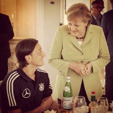 Euro 2012 na Instagramie. Mesut Özil i kanclerz Niemiec Angela Merkel w Hotelu Dwór Oliwski w Gdańsku Oliwie