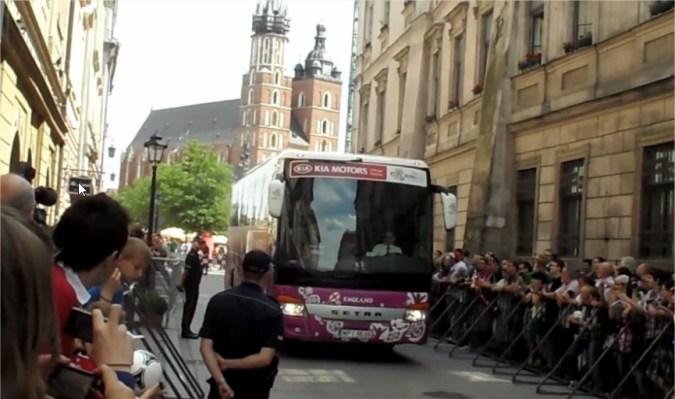 Reprezentacja Anglii wyjeżdża z hotelu Starego w Krakowie na mecz ćwierćfinałowy 2012 z Włochami