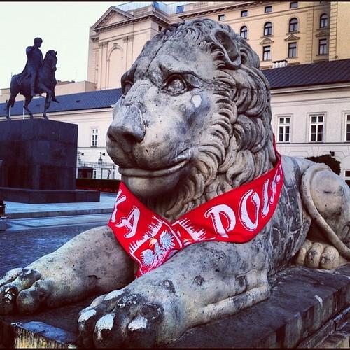 Jak żyć bez Euro2012? Lwy w narodowych barwach przed Pałacem Prezydenckim w Warszawie