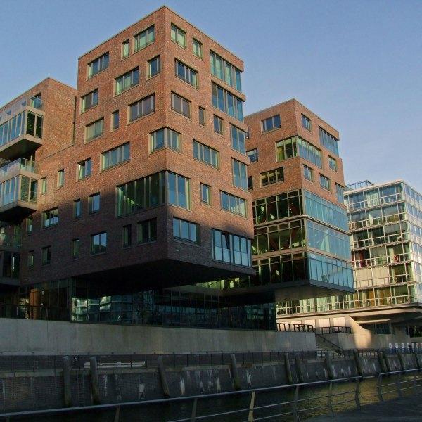 Widok z mariny Traditionsshiffhafen na budynek Am Sandtorkai 64