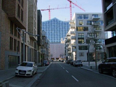 Ulica Am Kaiserkai prowadzi na koniec cypla w kierunku Elbphilharmonie
