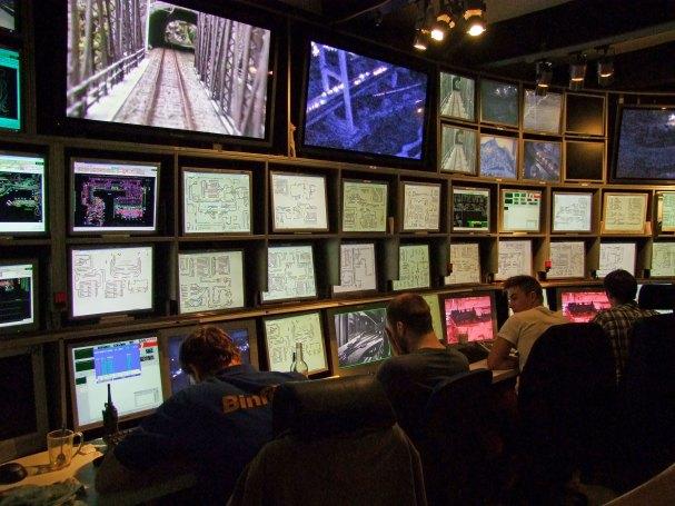 Światła kolejki, statki, samochody, samoloty kontroluje 46 komputerów i doświadczeni operatorzy