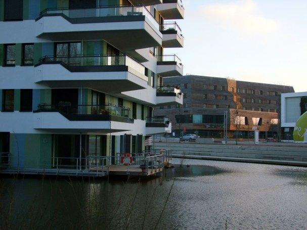 Dom na wodzie. W drugim planie Walderhaus Hotel