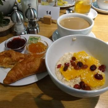 Hotelowe śniadanie menu. Owsianka i rogaliki z zżemem