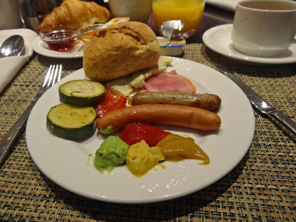 Co zjem na śniadanie. sniadanie w hotelu kielbaski musztardy radisson blu hamburg warzywa grilowane