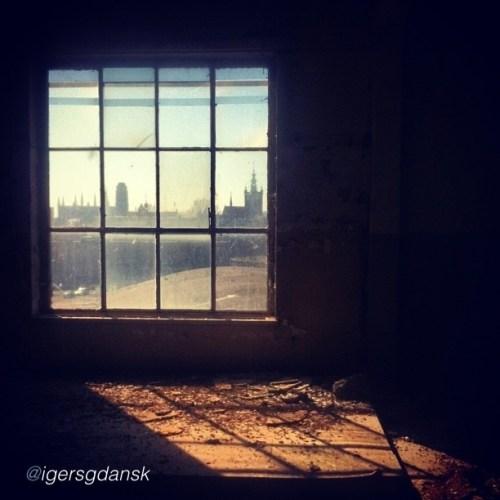 okno-hala-u-bootow-stocznia-gdansk-archutektura-okno-swiatlo-instagram-igersgdansk-jaroslaw-marciuk-fotograf-mobilny