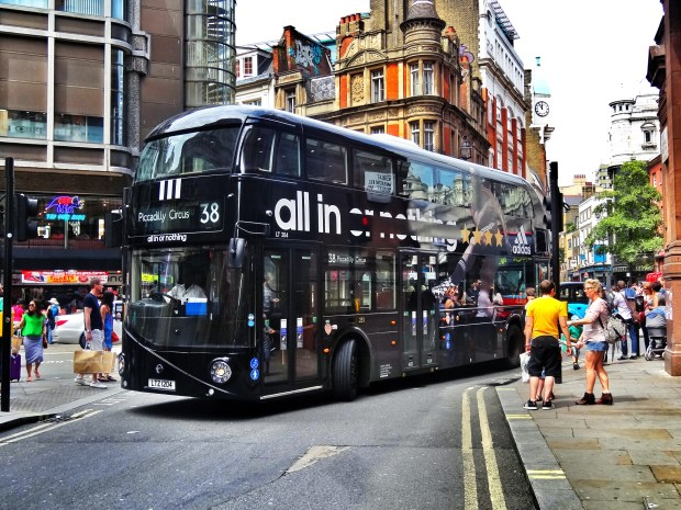 #allin-or-nothing-adidas-london-routmaster-autobus-kampania-bus-mesut-ozil-fc-piccadilly-circus-38