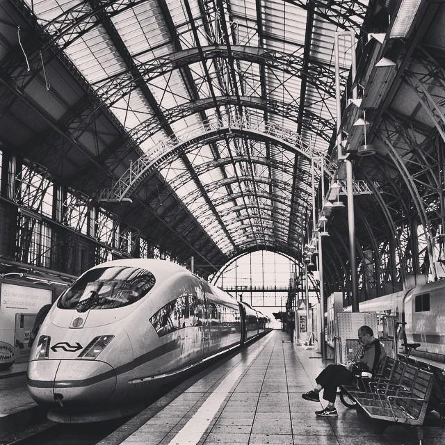 dworzec-kolejowy-we-frankfurcie-pociag-niemcy-ice-peron-architektura