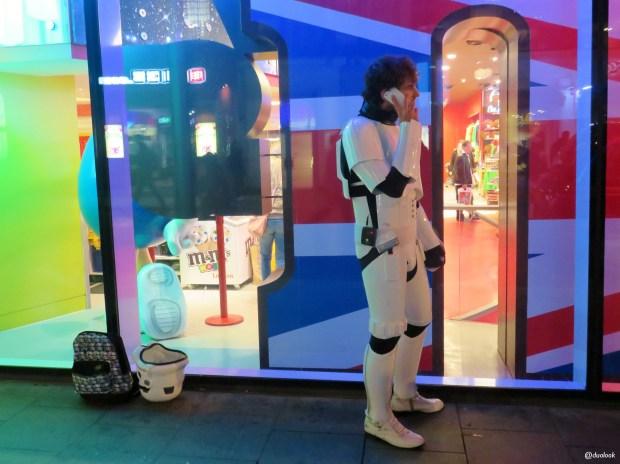 gwiezdne-wojny-przebudzenie-mocy-premiera-film-stormtrooper-szturmowiec-stroj-londyn-03