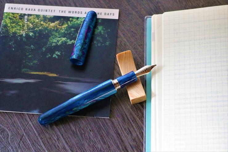 万年筆を置くのにおすすめ!おしゃれな木製ペンレスト【Il Duomoのノベルティ】