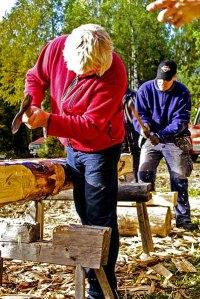55b Gränsfors Blockhauskurs Gert schält Baumstamm einer Kiefer 2.jpg