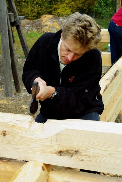 58d Gränsfors Blockhauskurs Kristen bearbeitet die Schalm mit der Axt 1
