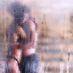 Paar hinter einem Duschrollo