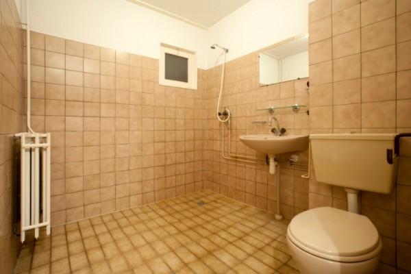 Badezimmer neu gestalten: Von alt zu neu in 4 Schritten