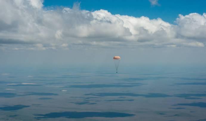Soyuz TMA-19M mekiği Expedition 47 ekibini dünyaya süzülerek getirirken...