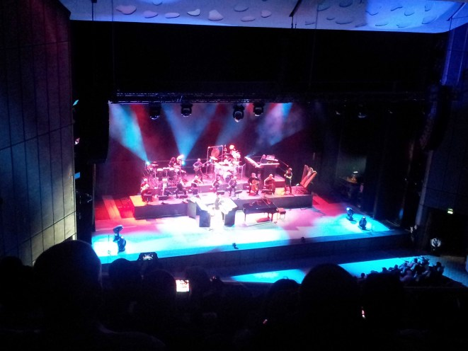 Yanni'nin 24 Mart 2013 tarihli Doha konserinden bir enstantane.