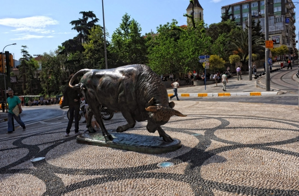 Buluşma - Kadıköy Altıyol'da bulunan boğa heykeli
