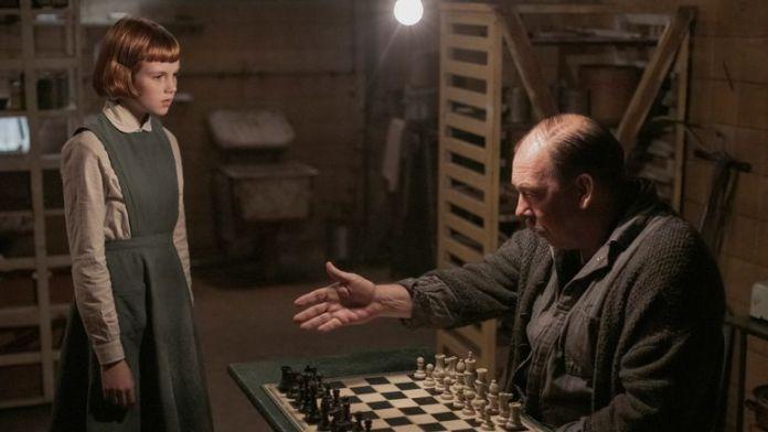 Mr. Shaibel Beth'e satranç öğretirken...