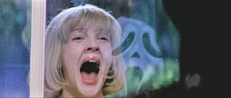 20 yasindaki Drew Barrymore maskeli bir katille bu korku gizeminde oynadi.