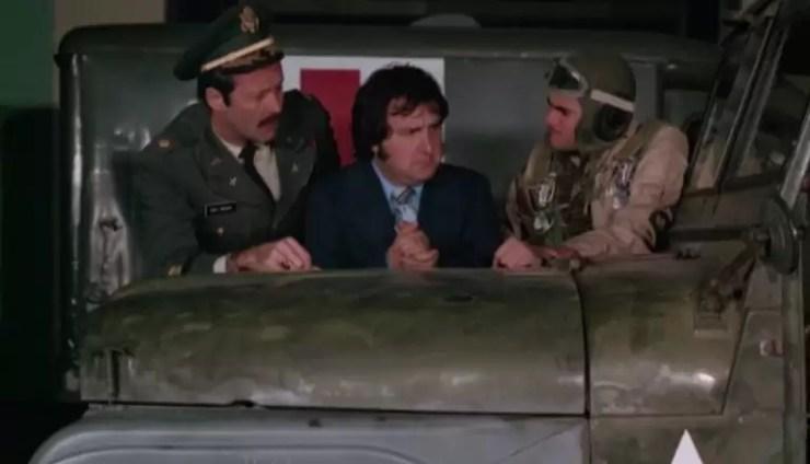 Ciddi burokratlar ve askerler domateslere saldiri planliyorlar.