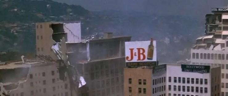 Tesadufen filme ilk gun ve filme son gun sirasinda sette gercek depremler vardi.