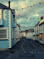 zabudowa wsi nadmorskiej - wszędzie w Kornwalii powiewały takie kolorowe flagi (Hartland)