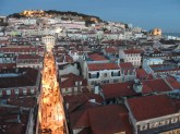 Lizbona w zapadającym zmierzchu a w dali zamek św. Jerzego
