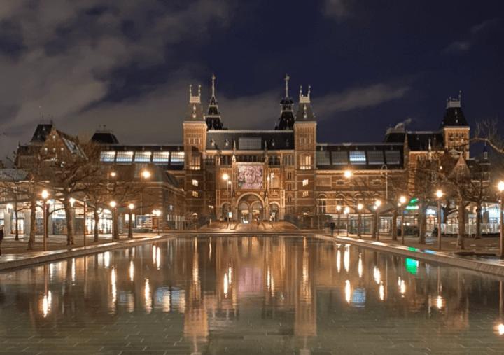 Het Rijksmuseum in de avond
