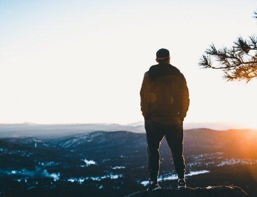 Header man op berg