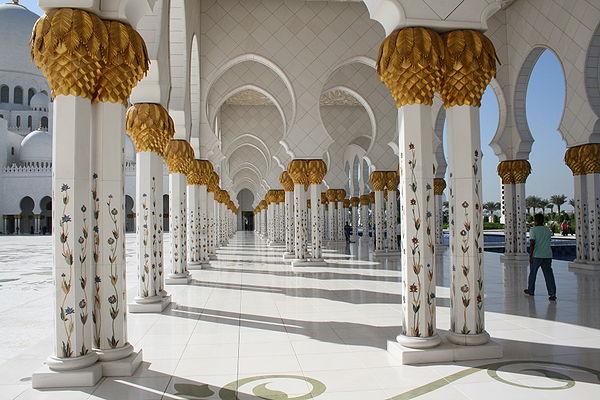 Pasillo arqueado junto al patio interior de la mezquita Sheikh Zayed, construida en 2007 en el emirato de Abu Dabi, es la mayor de los Emiratos Árabes Unidos y la tercera mayor del mundo.