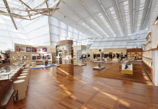 Interior del local flotante en Singapur de Lous Vuitton