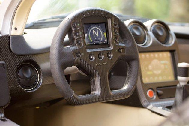 """El Invictus se plantea como un deportivo 2+2, que aún conserva """"algo de Seven"""" en su ADN (por lo de las ruedas delanteras descubiertas), con las ruedas delanteras descubiertas, lo que le da un aire también al desaparecido Plymouth Prowler, pero mucho más moderno y """"cortante"""". Montado sobre un bastidor Alexcom de IFR (un space frame de sólo 90 kilogramos), se instala un V8 en posición delantera-central, con 4,4 litros de cilindrada, que ofrece 450 caballos y 440 Nm de par."""